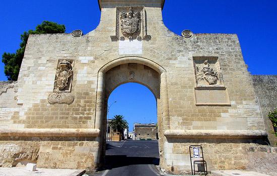 Porta di ingresso al piccolo borgo di Acaya